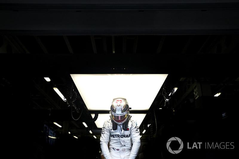 10. Lewis Hamilton, Mercedes AMG F1, escala seu carro
