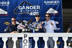 Il vincitore Kyle Busch, Joe Gibbs Racing, Toyota Camry M&M's Caramel, festeggia in victory lane