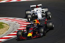 Daniel Ricciardo, Red Bull Racing RB14, leads Marcus Ericsson, Sauber C37