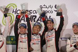 Подиум LMP1: победители гонки Себастьен Буэми, Энтони Дэвидсон, Казуки Накаджима, Toyota Gazoo Racing