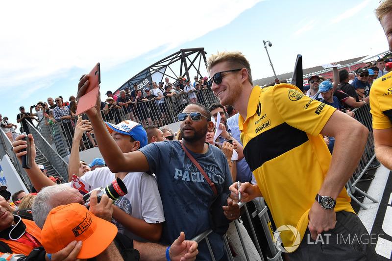 Nico Hulkenberg, Renault Sport F1 Team fans selfie