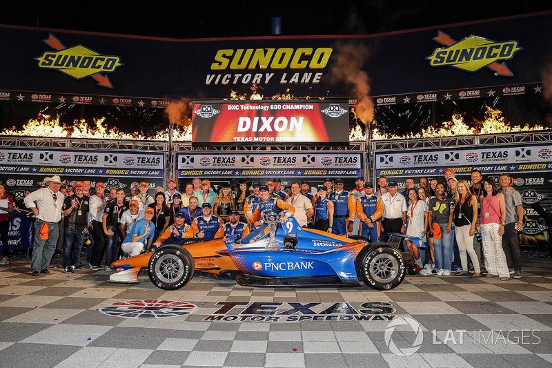 Scott Dixon, Chip Ganassi Racing Honda festeggia nella victory lane con degli ospiti