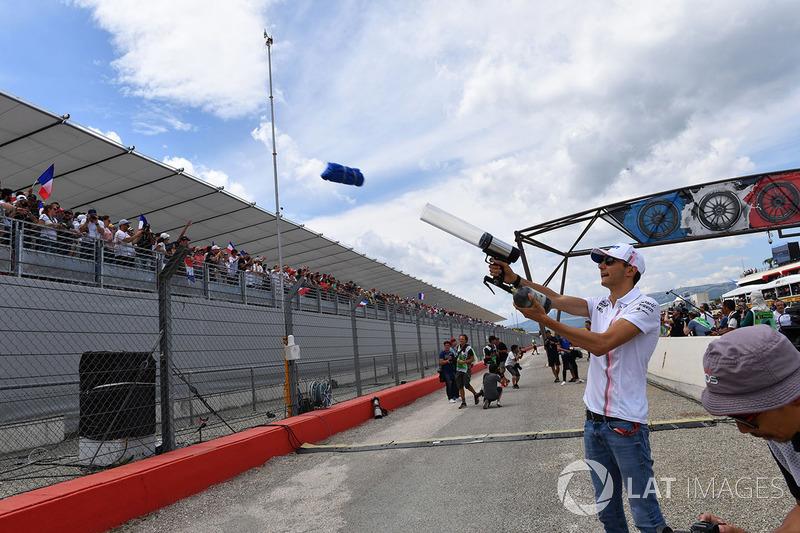 Esteban Ocon, Force India F1 envoie des t-shirts dans la foule
