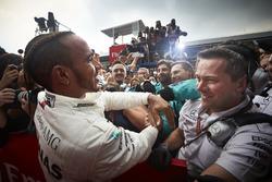 Il vincitore della gara Lewis Hamilton, Mercedes AMG F1, festeggia nel parco chiuso con il suo team
