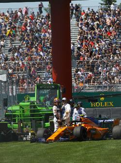 Stoffel Vandoorne, McLaren MCL33 after hitting the wall in FP2