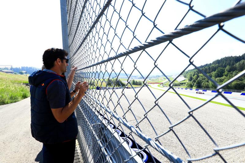 Mark Webber observe la prueba de Marc Marquez con el Toro Rosso F1