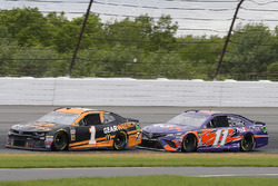 Jamie McMurray, Chip Ganassi Racing, Chevrolet Camaro GEARWRENCH e Denny Hamlin, Joe Gibbs Racing, Toyota Camry FedEx Office