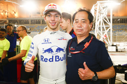 Pierre Gasly, Toro Rosso, and Toyoharu Tanabe, F1 Technical Director, Honda, celebrate a 4th place finish
