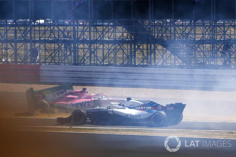 Sergio Perez, Force India VJM11, se estrella en un tablero publicitario al comienzo, mientras Lance Stroll, Williams FW41 pasa