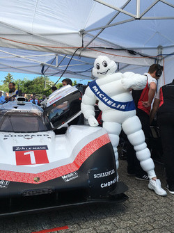 Hombre de Michelin con el Porsche 919