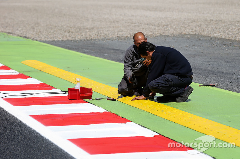 Track workers and kerb detail
