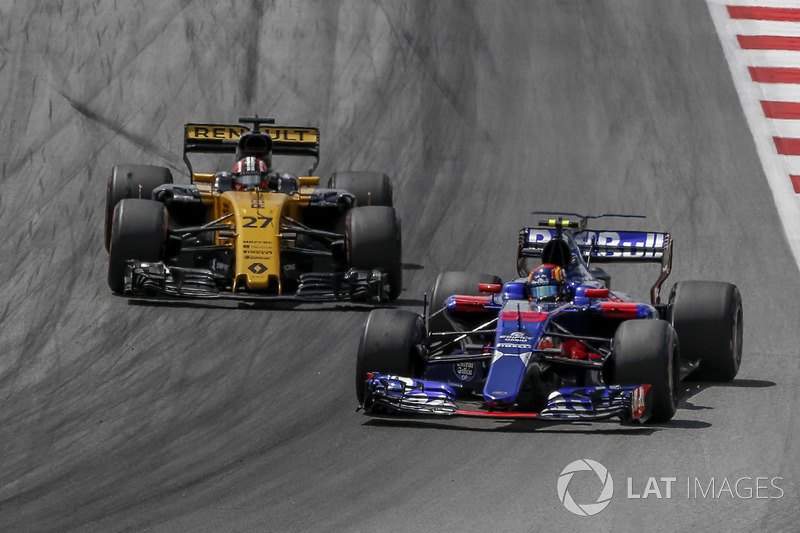 Nico Hulkenberg, Renault Sport F1 Team RS17 ve Carlos Sainz Jr., Scuderia Toro Rosso STR12
