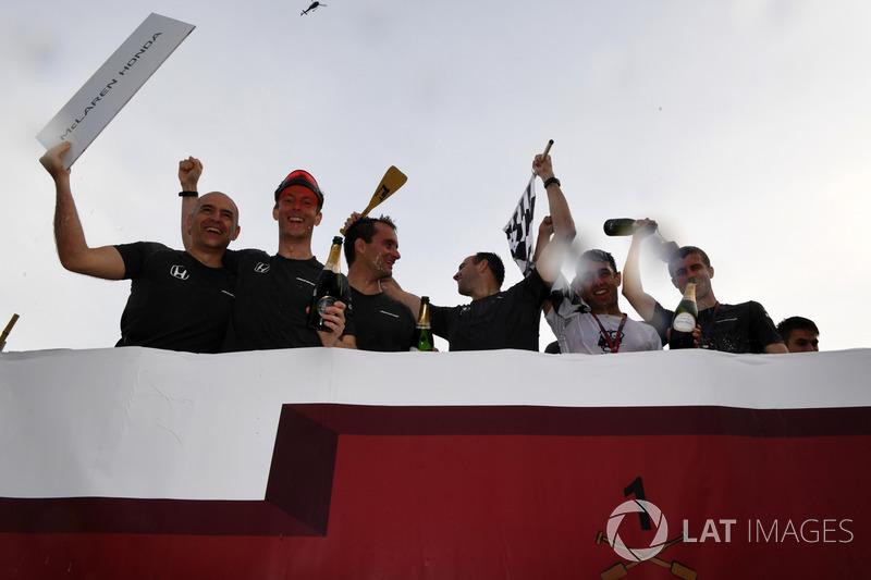 Команда McLaren празднует победу в гонке на плотах