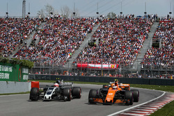 Kevin Magnussen, Haas F1 Team VF-17 and Stoffel Vandoorne, McLaren MCL32 battle