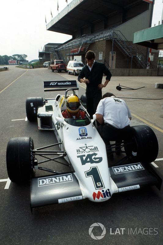 Preparativos finales se hacen al Williams FW08C antes de que Ayrton Senna lo pruebe por primera vez