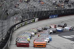 Start: Austin Dillon, Richard Childress Racing Chevrolet, Kyle Larson, Chip Ganassi Racing Chevrolet lider