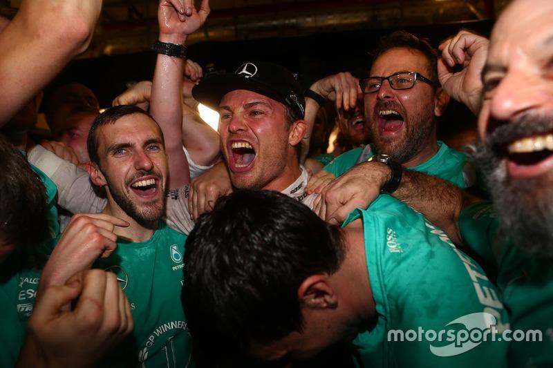 Nico Rosberg, Mercedes AMG Petronas F1 celebra ganando el Campeonato del mundo con sus amigos y equi