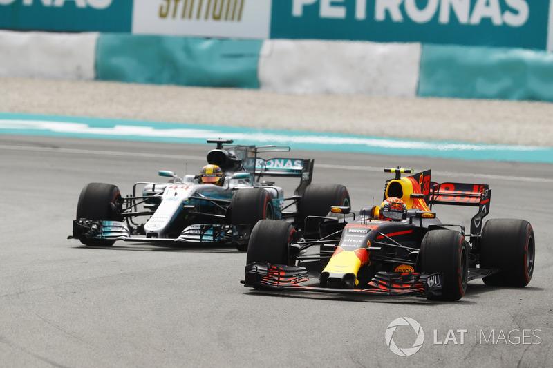 Макс Ферстаппен (Red Bull RB13 TAG Heuer) випереджає Льюіса Хемілтона (Mercedes W08) і виходить у лідери