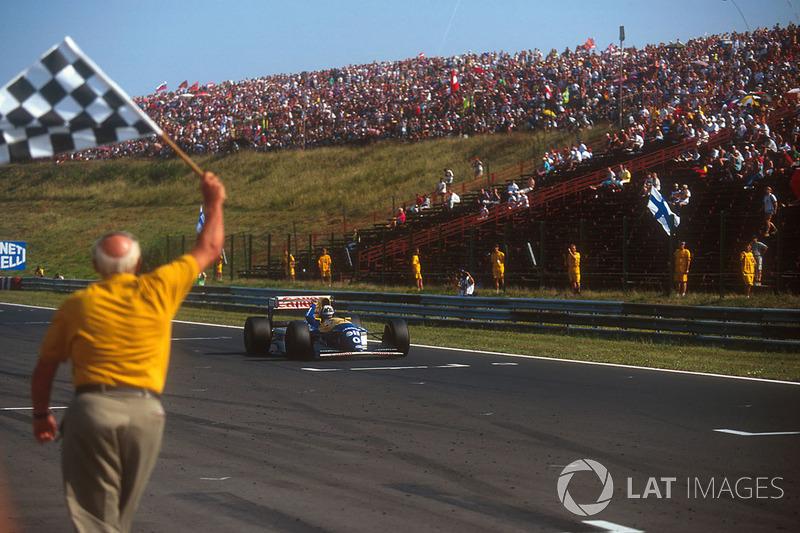 Damon Hill, Williams FW15C Renault se lleva la bandera a cuadros