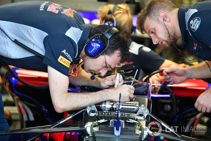Механік Scuderia Toro Rosso STR12