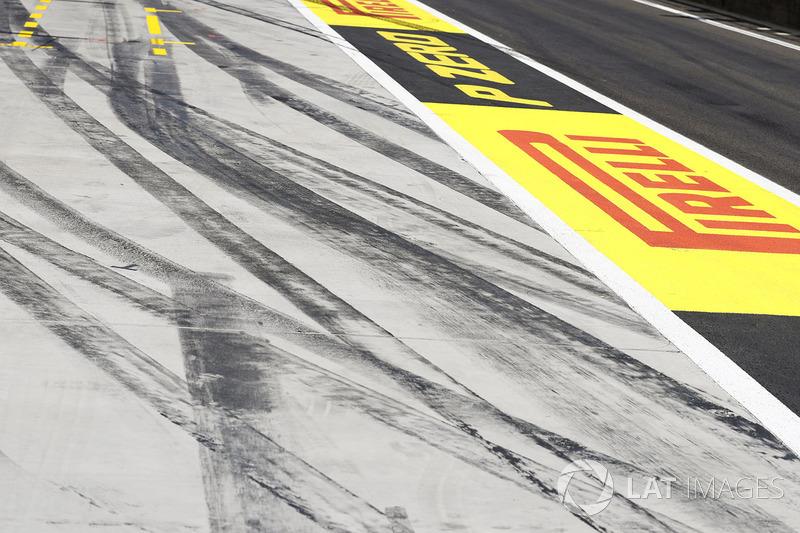 Marcas de neumático en el pit lane