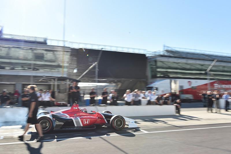 Оріол Сервія випробовує машину IndyCar 2018 року із двигуном Honda