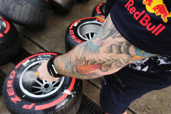 Mechaniker, Red Bull Racing, wäscht Super-Soft-Reifen und Felgen