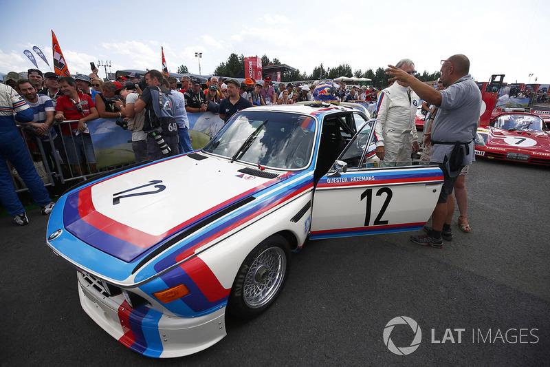 Дитер Квестер рядом с BMW CSL