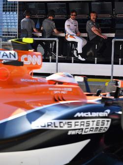 Fernando Alonso, McLaren ve Andrea Stella, McLaren mühendisi Stoffel Vandoorne'u izliyor, McLaren MCL32