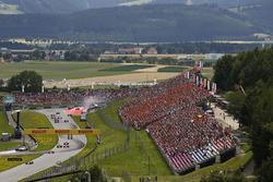 Valtteri Bottas, Mercedes AMG F1 W08, lead Sebastian Vettel, Ferrari SF70H, Daniel Ricciardo, Red Bull Racing RB13, Kimi Raikkonen, Ferrari SF70H and Romain Grosjean, Haas F1 Team VF-17. Behind, Daniil Kvyat, Scuderia Toro Rosso STR12. Max Verstappen, Red
