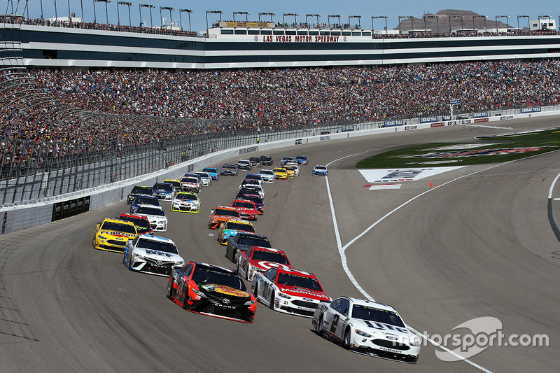 Inicio: Brad Keselowski, Team Penske Ford, Martin Truex Jr., Furniture Row Racing Toyota lead
