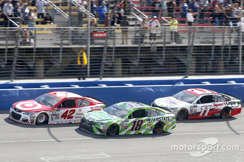 Kyle Larson, Chip Ganassi Racing Chevrolet y Kyle Busch, Joe Gibbs Racing Toyota con Denny Hamlin, J