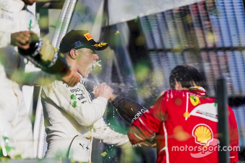 Podium: 2. Lewis Hamilton, Mercedes AMG; 3. Valtteri Bottas, Mercedes AMG; 1. Sebastian Vettel, Ferrari, 1st Position, verspritzen Champagner