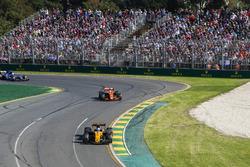 Jolyon Palmer, Renault Sport F1 Team RS17 y Stoffel Vandoorne, McLaren MCL32