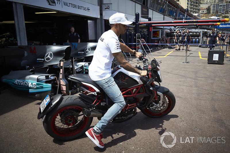 Льюіс Хемілтон, Mercedes AMG F1, на байку