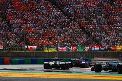 Daniil Kvyat, Scuderia Toro Rosso STR12 y Lance Stroll, Williams FW40