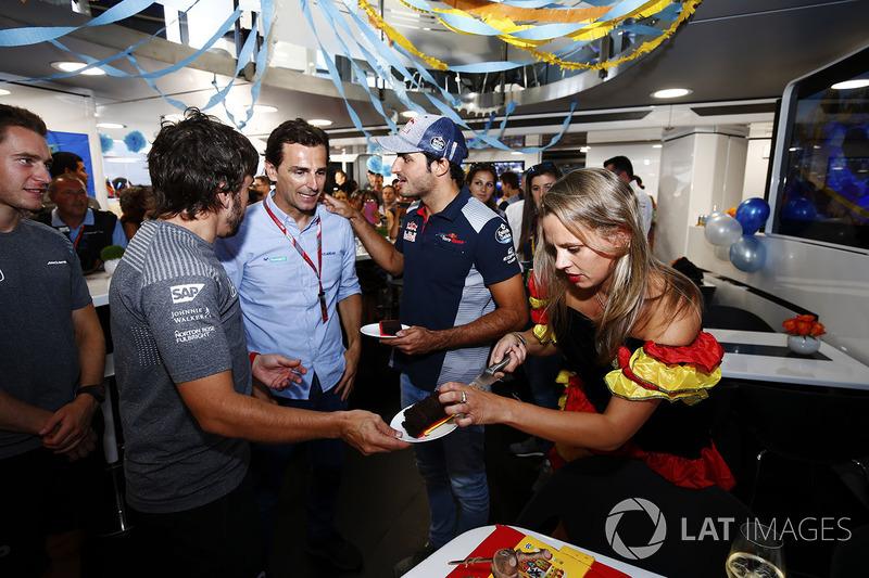 Fernando Alonso, McLaren, celebra su cumpleaños, Pedro de la Rosa y Carlos Sainz Jr., Scuderia Toro Rosso