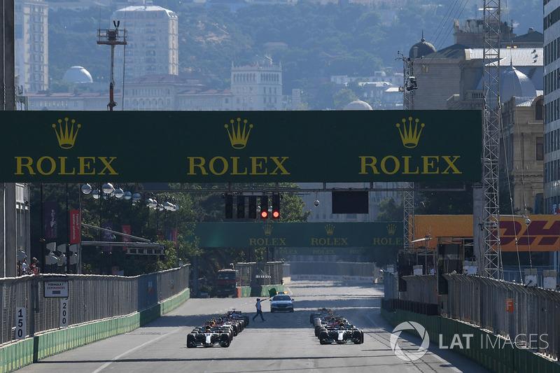 49 первых рядов на старте у Mercedes...