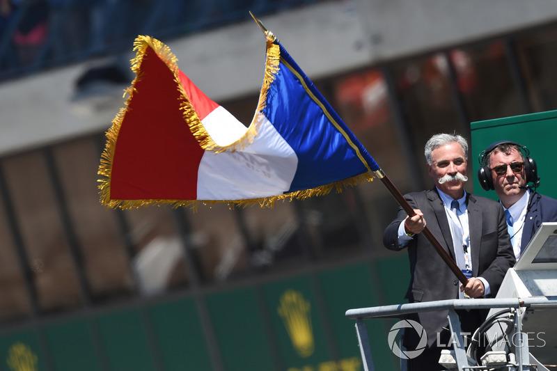 CEO F1, Chase Carey, mengibarkan bendera start Le Mans 2017