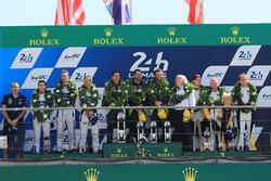 Podium GTE Pro : les vainqueurs Darren Turner, Jonathan Adam, Daniel Serra, Aston Martin Racing, les deuxièmes, Andy Priaulx, Harry Tincknell, Pipo Derani, Ford Chip Ganassi Racing, les troisièmes, Jan Magnussen, Antonio Garcia, Jordan Taylor, Corvette Racing