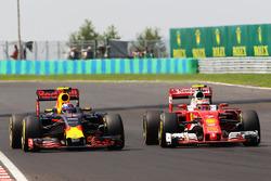 Боротьба за позицію між Максом Ферстаппеном, Red Bull Racing RB12 та Кімі Райкконеном, Ferrari SF16-