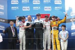 المنصة: الفائز بالسباق ثيد بيورك، فولفو، المركز الثاني نوربرت ميشيلز، هوندا، المركز الثالث إيفان مولر، سيتروين