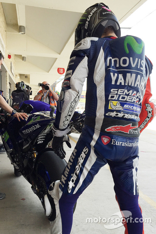 Jorge Lorenzo, Yamaha Factory Racing checks tire wear