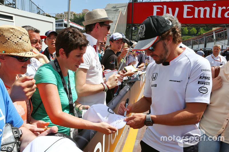 Fernando Alonso, McLaren firma de autógrafos para los fans