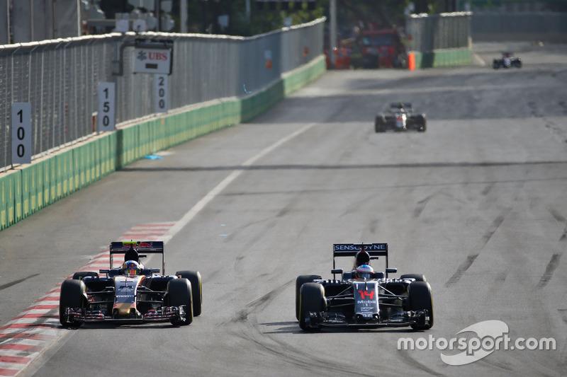 Carlos Sainz Jr., Scuderia Toro Rosso STR11 y Fernando Alonso, McLaren MP4-31 luchan por la posición