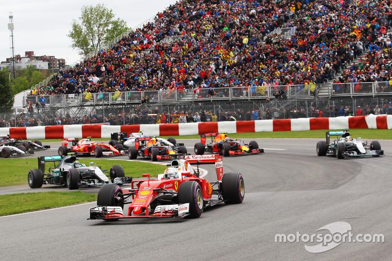 Себастьян Феттель, Ferrari SF16-H лідирує на старті гонки, Ніко Росберг, Mercedes AMG F1 W07 Hybrid в'їжджає на трасу