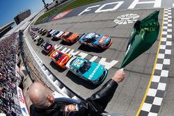 Start: Kyle Busch, Joe Gibbs Racing Toyota, Erik Jones, Joe Gibbs Racing Toyota lead