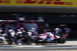 Esteban Ocon, Force India VJM11, pit stop