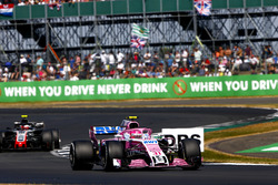 Esteban Ocon, Force India VJM11, leads Kevin Magnussen, Haas F1 Team VF-18