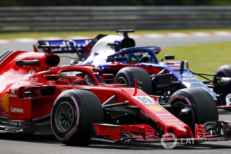Antonio Giovinazzi, Ferrari SF71H, y Brendon Hartley, Toro Rosso STR13